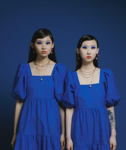 две девушки в синих платьях