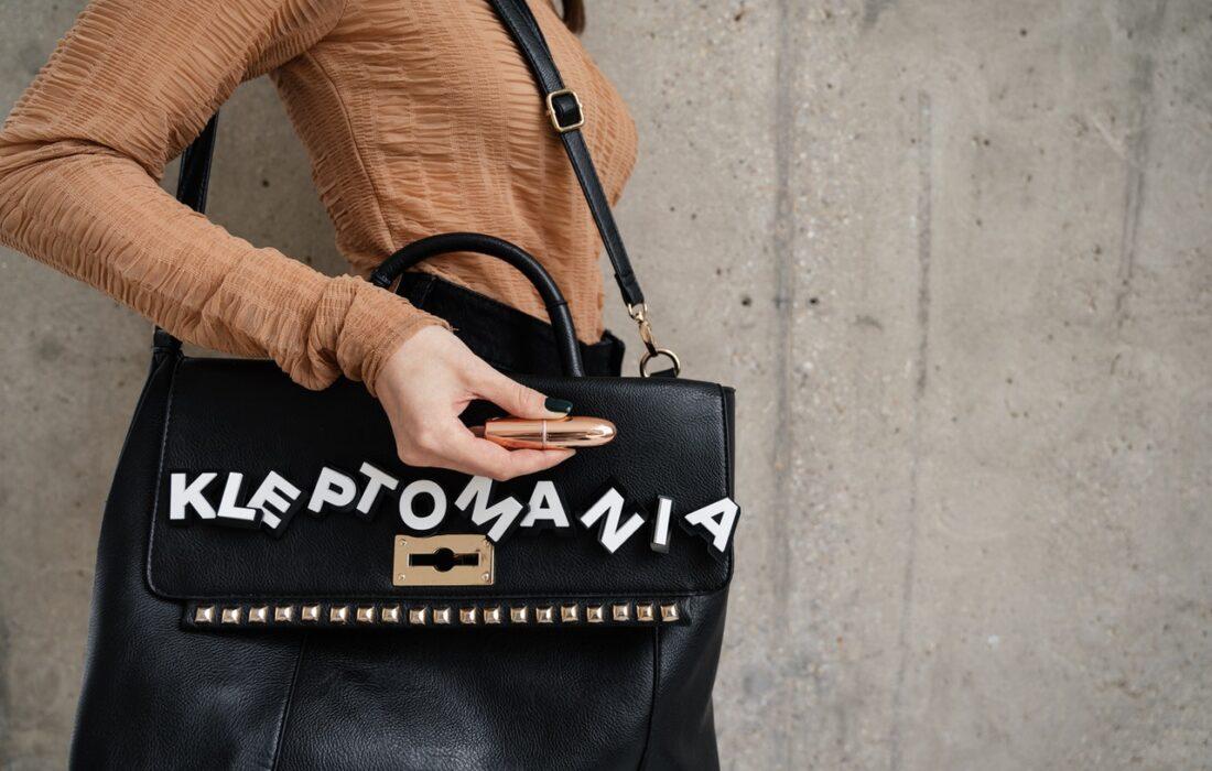 девушка с сумкой и помадой