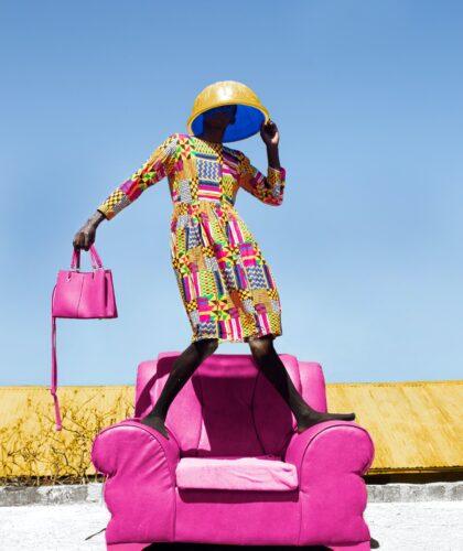 девушка на розовом кресле