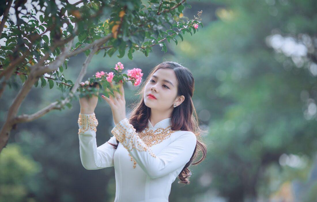 девушка возле дерева