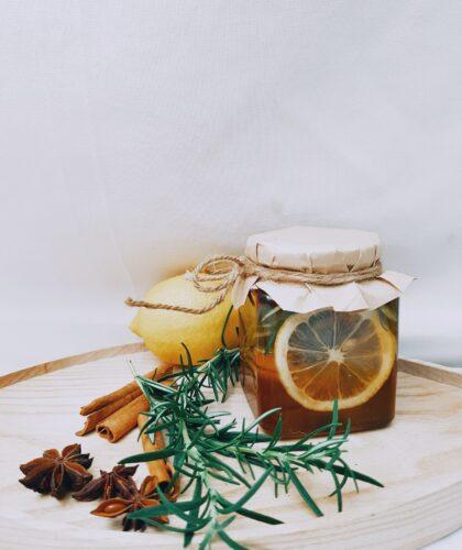 баночка с корицей и лимоном