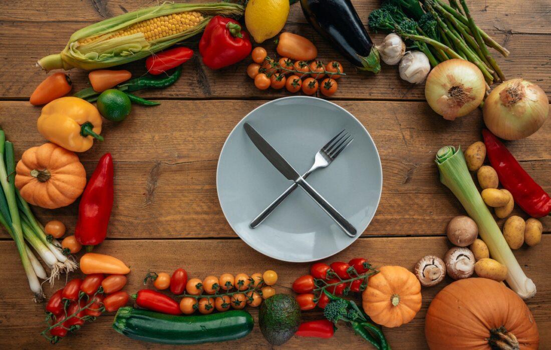 овощи и тарелка