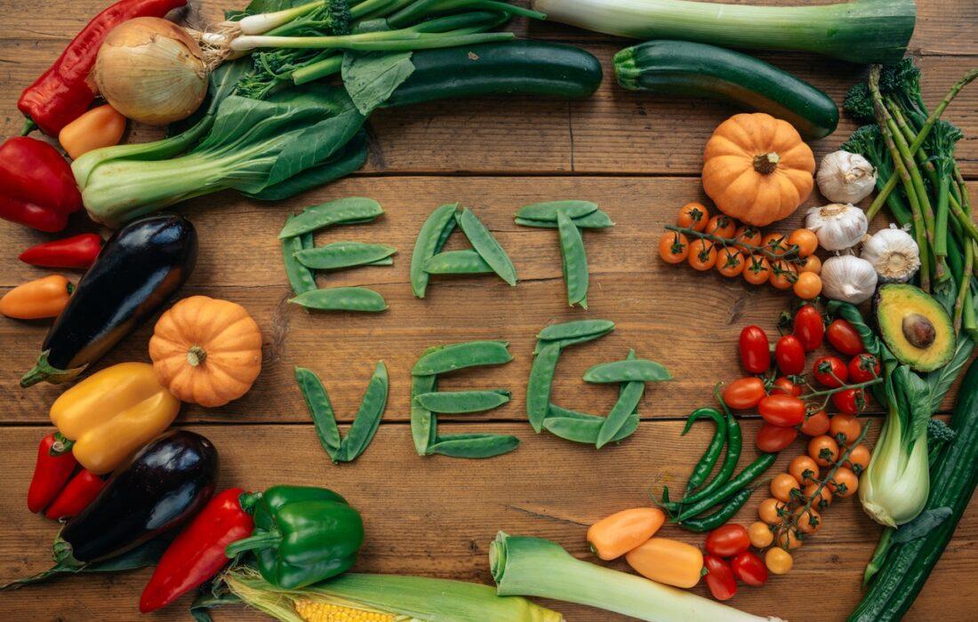 """надпись """"ешь овощи"""""""