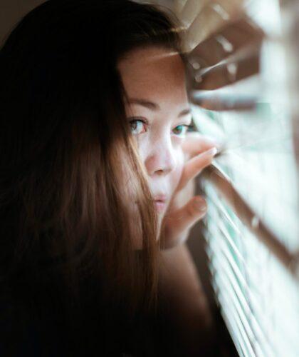 девушка возле окна