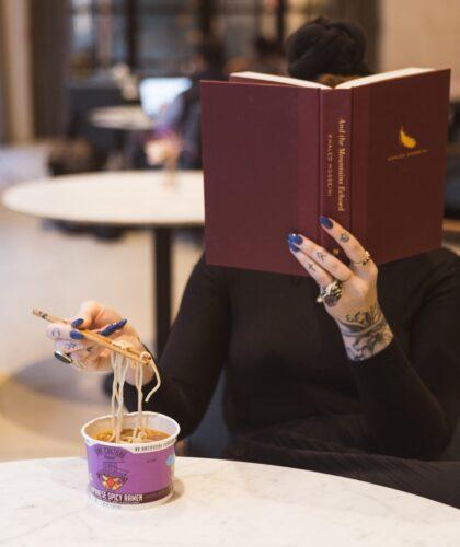 девушка кушает и читает