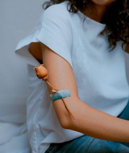 девушка с цветком на руке