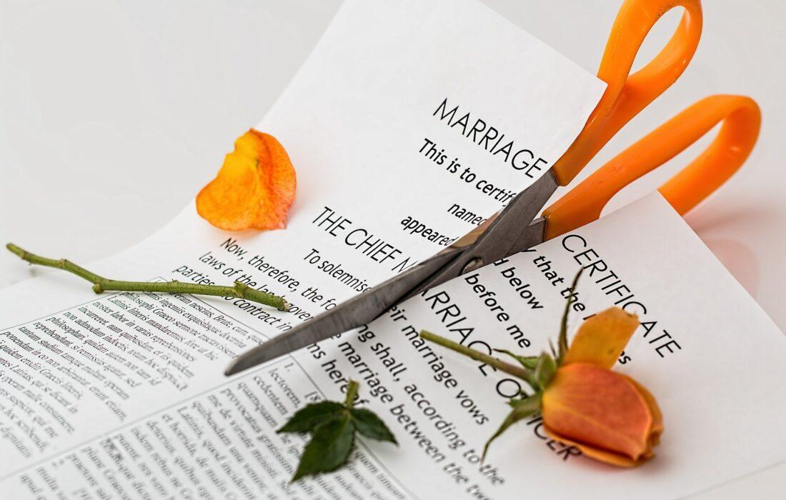 разрезанный сертификат о браке