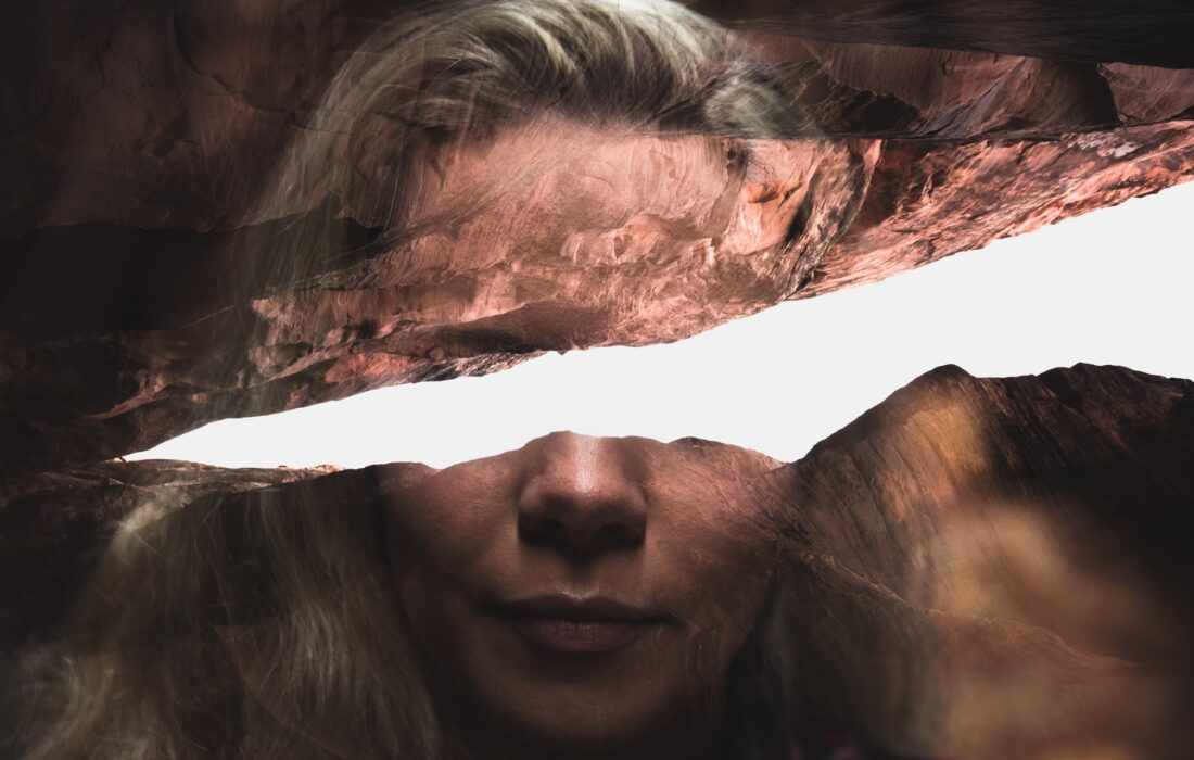 деформированное фото девушки