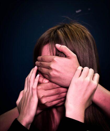 руки на лице девушки