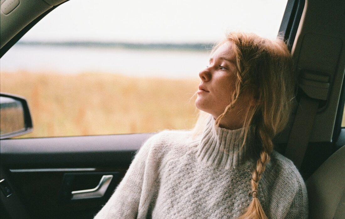 грустная девушка в машине