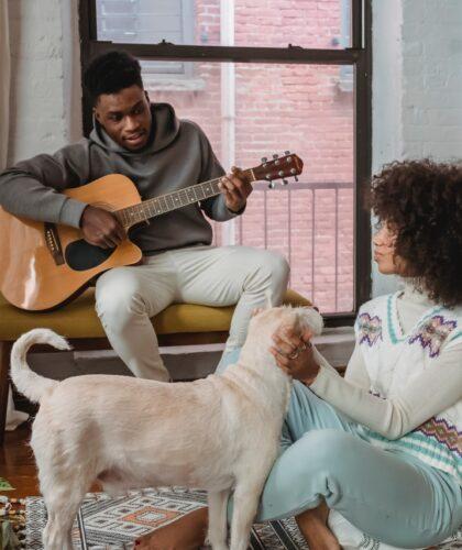 пара с собакой и гитарой