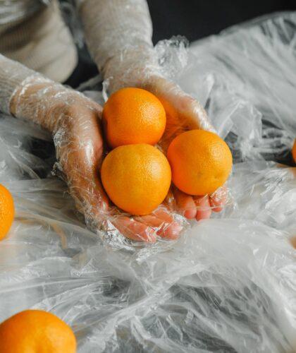 девушка с пленкой и апельсинами
