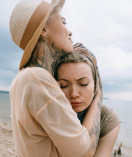 девушки обнимаются