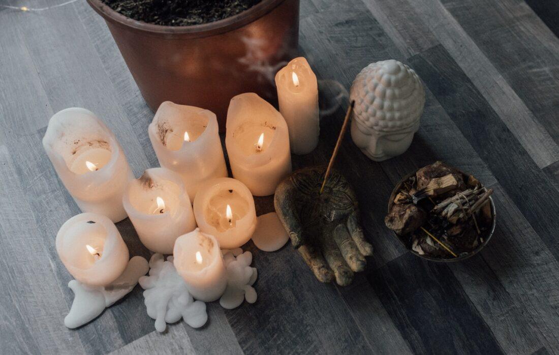свечи и буддийские принадлежности