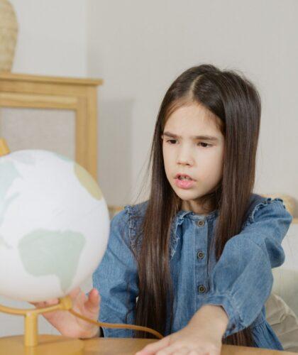 ребенок с глобусом