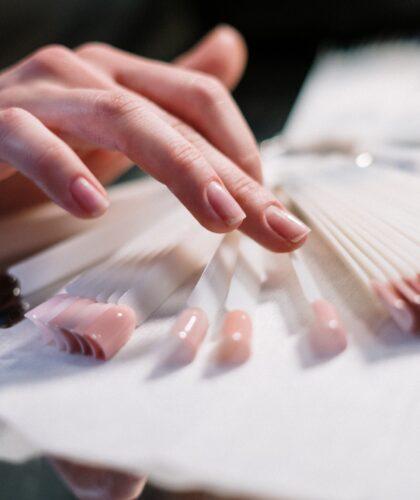 девушка выбирает ногти
