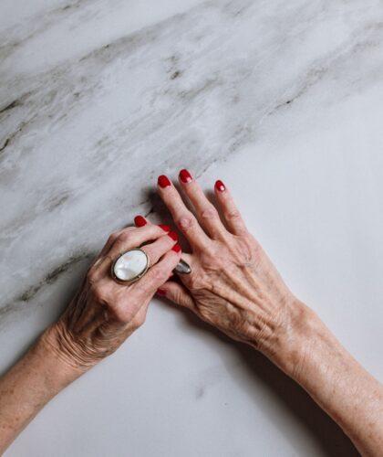 руки зрелой женщины