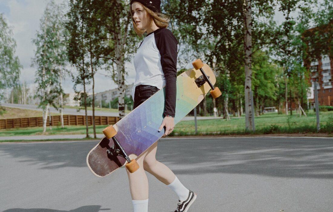 девушка со скейтбордами