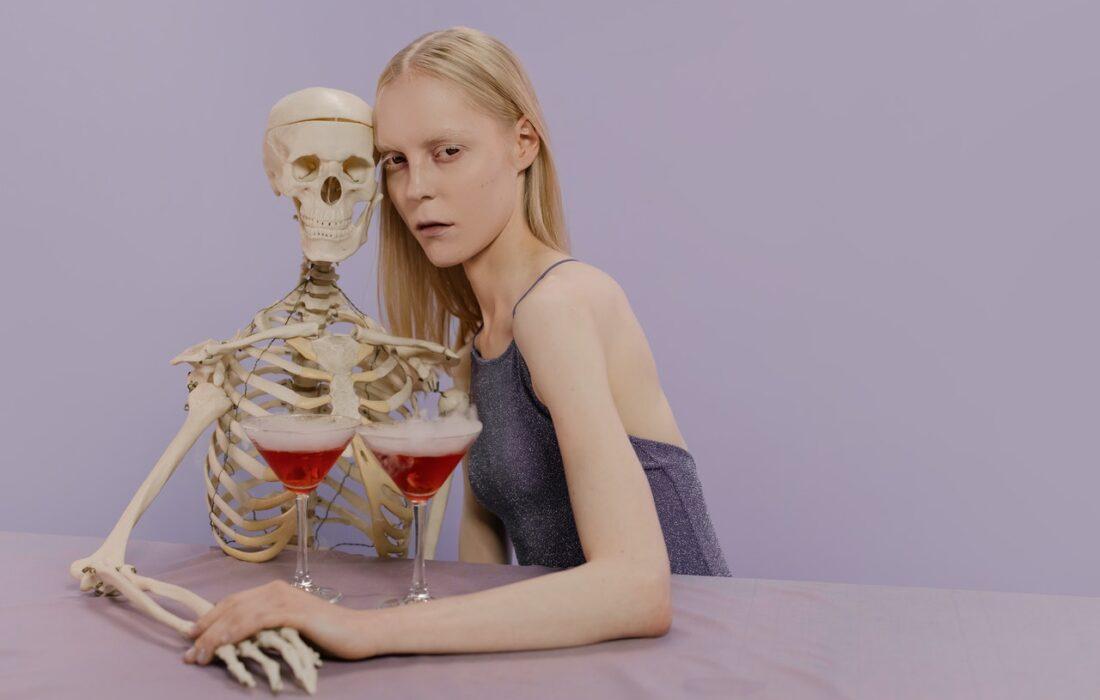 девушка со скелетом