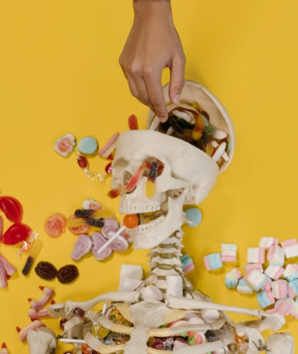 скелет с конфетами