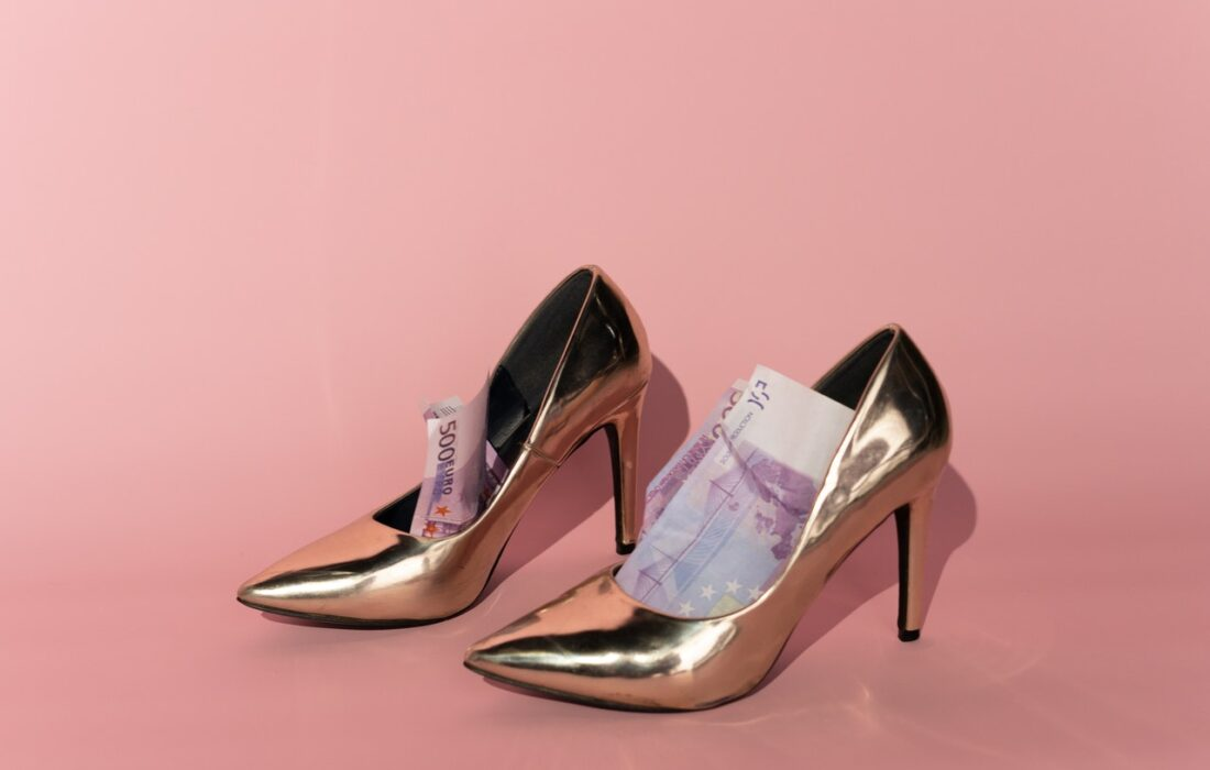 деньги в туфлях