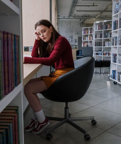 девушка в книжном магазине