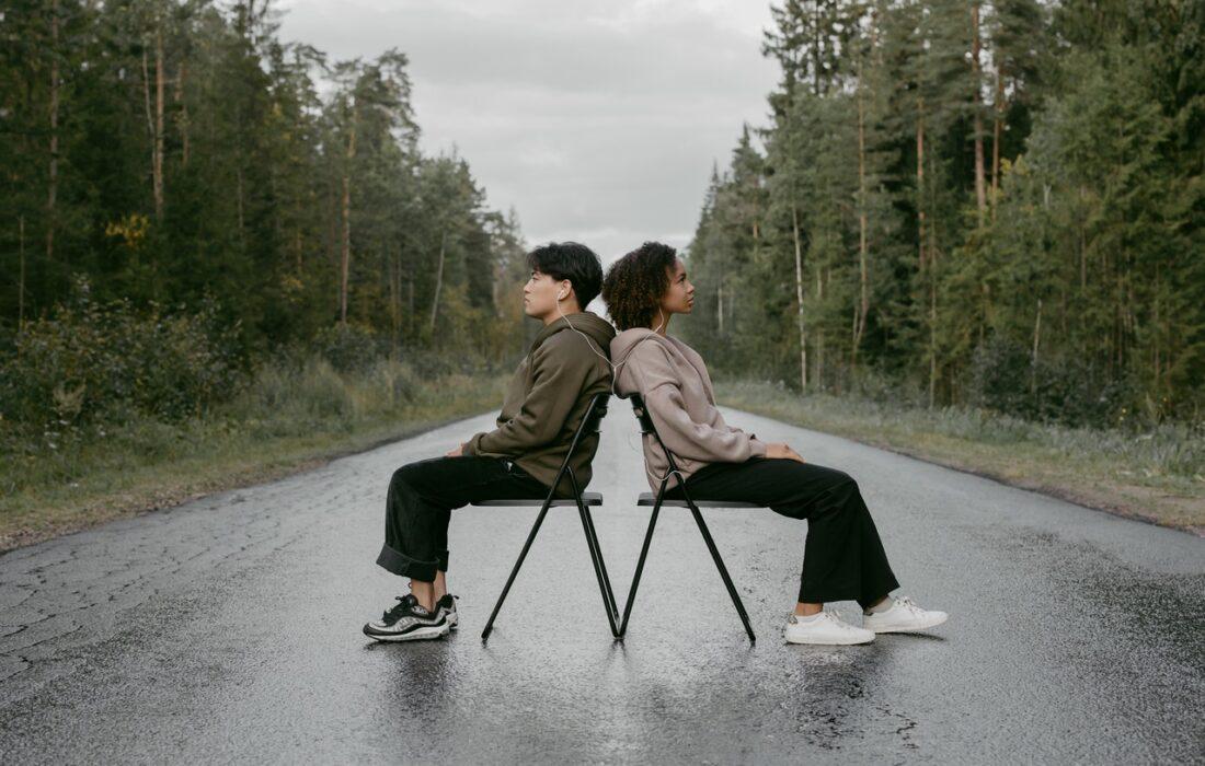 грустная пара на дороге