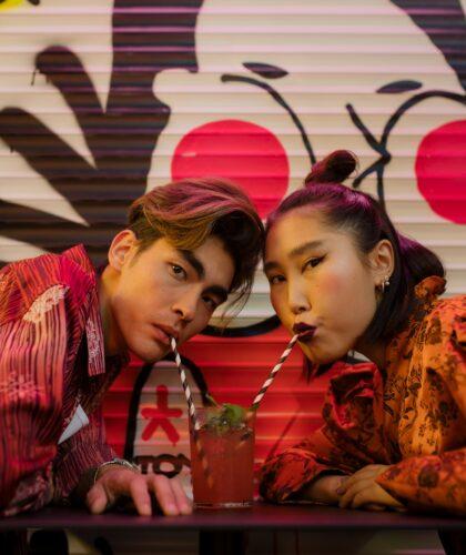 девушка и парень в кафе