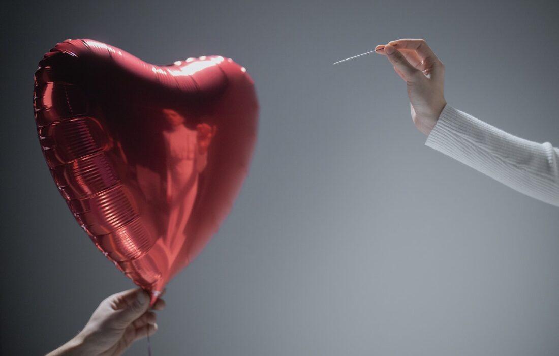 шарик в виде сердечка и иголка