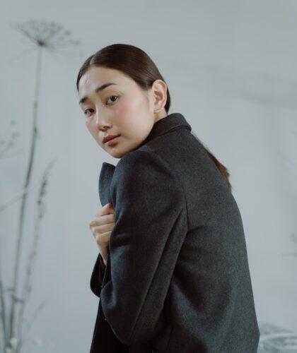 девушка в пальто