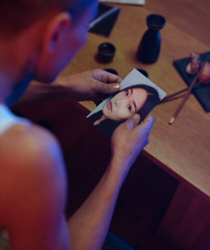 парень держит фото девушки