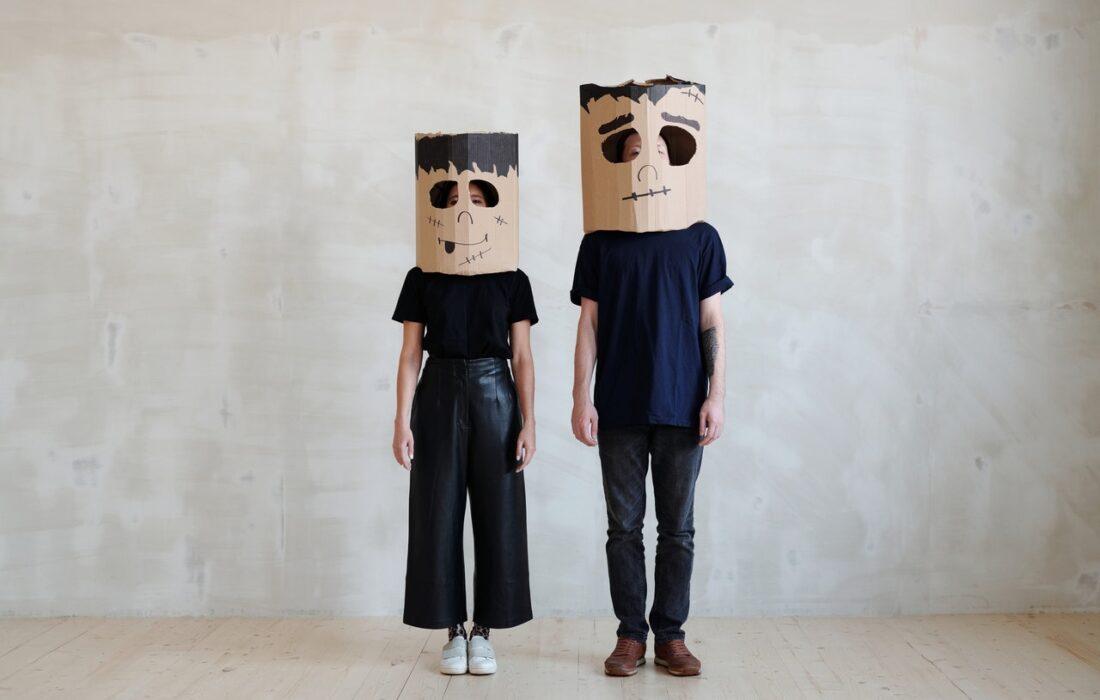 девушка и мужчина в бумажных пакетах на голове