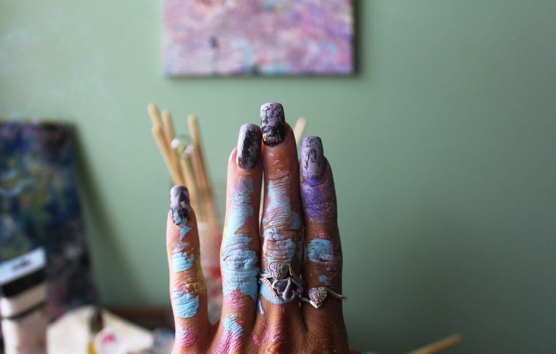 женская рука в краске