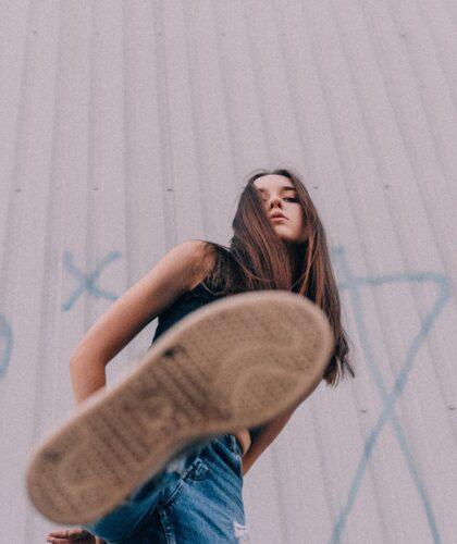 девушка с ногой в кадре