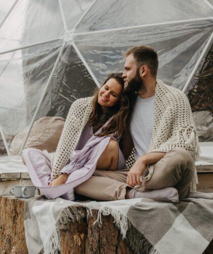 красивая пара на природе