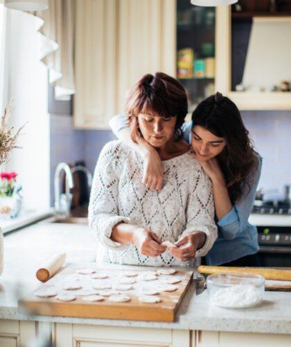 девушка с мамой готовят
