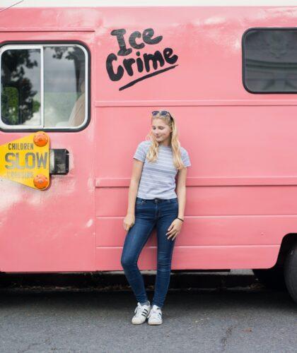 девушка возле розового фургона
