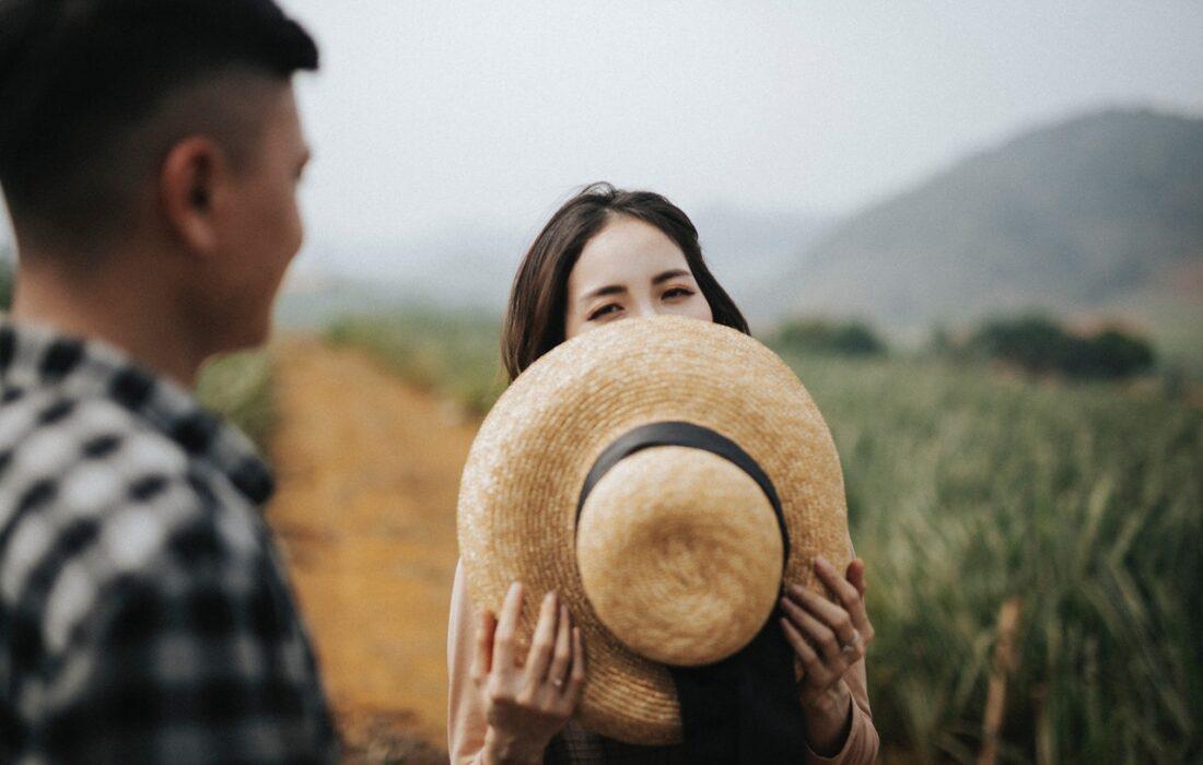 девушка закрывает лицо шляпкой