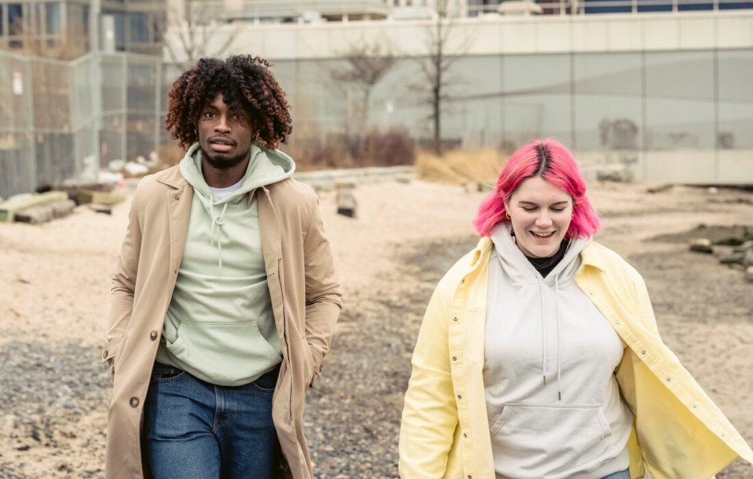 парень и девушка гуляют