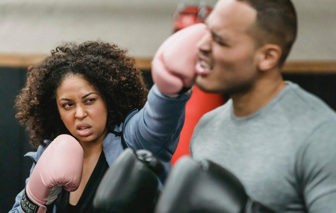 женщина бьет мужчину на боксе