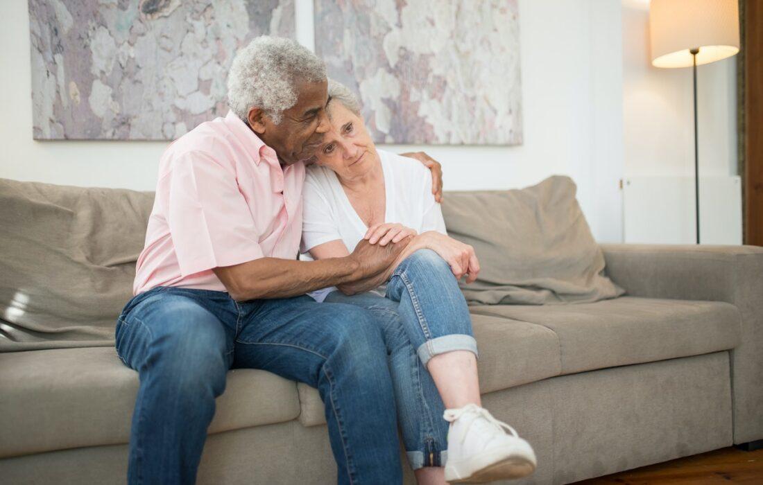 пожилая пара на диване