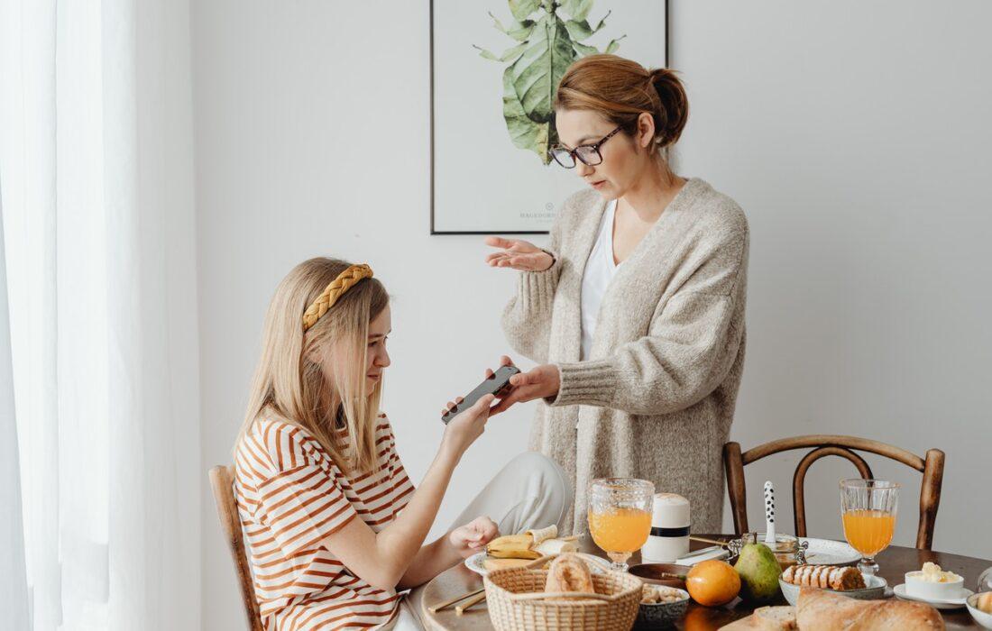мама показывает дочке телефон