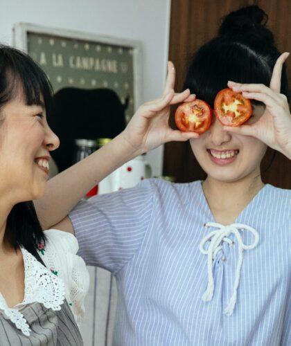 девушки дурачатся на кухне