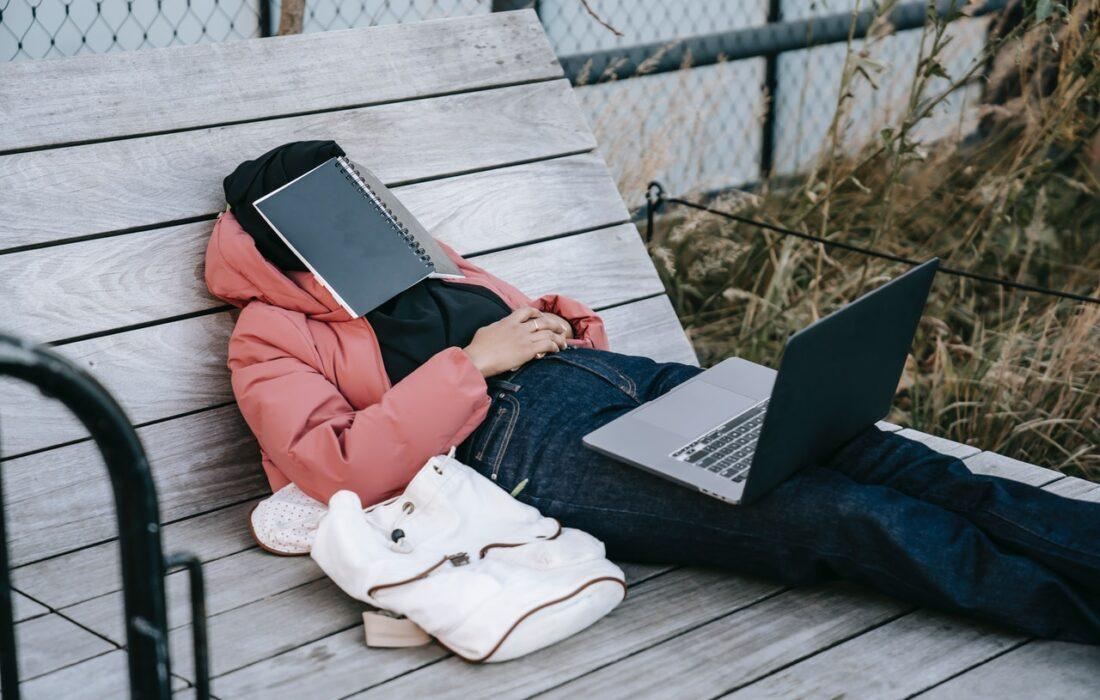 девушка с ноутбуком и блокнотом