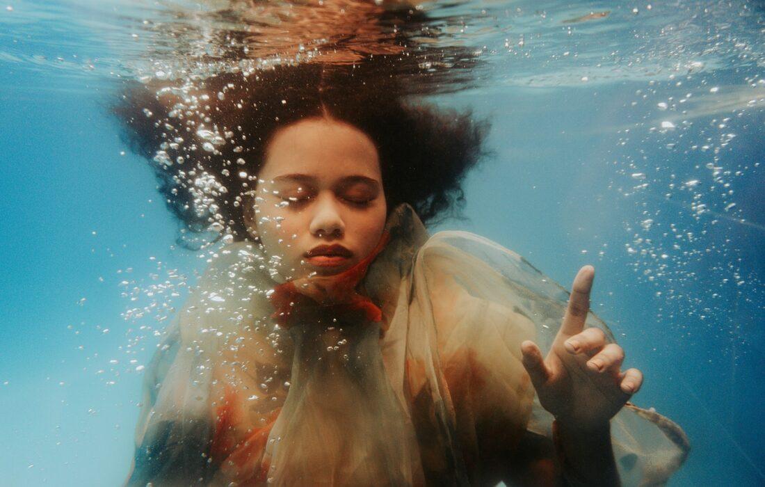 девушка под водой