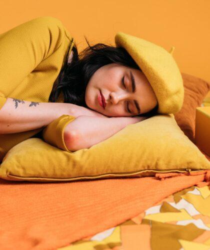 девушка спит с будильником
