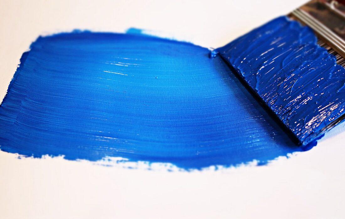 синяя краска и кисть