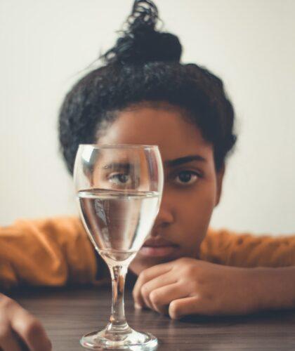 девушка с бокалом воды