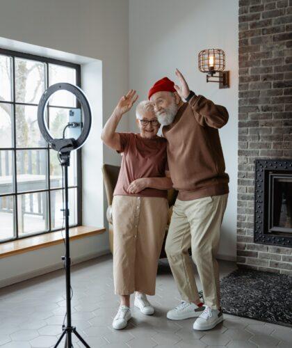 пожилая пара делает фото
