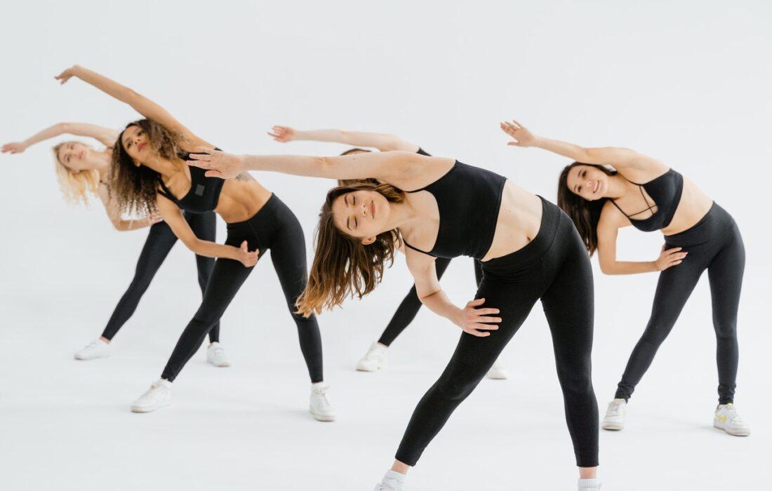 девушки тренируются